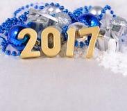 figuras de oro de 2017 años y decorati plateado y azul de la Navidad Imágenes de archivo libres de regalías