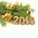 figuras de oro de 2018 años y rama spruce Imagen de archivo