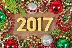 figuras de oro de 2017 años y rama y decoración spruce de la Navidad Fotos de archivo libres de regalías