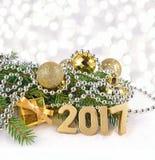 figuras de oro de 2017 años y rama y decorat spruce de la Navidad Fotos de archivo libres de regalías