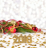 figuras de oro de 2018 años y rama y decorat spruce de la Navidad Fotos de archivo
