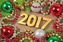 figuras de oro de 2017 años y rama y decoración spruce de la Navidad Foto de archivo libre de regalías