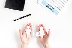 Figuras de papel de la familia en la adopción de concepto en la opinión superior del fondo blanco Fotografía de archivo