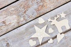 Figuras de papel talladas de la Navidad, fondo de madera Imagen de archivo