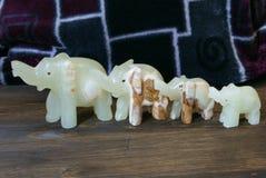 Figuras de pedra da felicidade feito a mão dos elefantes! Imagem de Stock Royalty Free