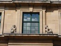 Figuras de piedra en ventana del arte-deco Imágenes de archivo libres de regalías