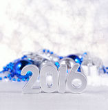 figuras de plata de 2016 años y decorati plateado y azul de la Navidad Fotos de archivo libres de regalías