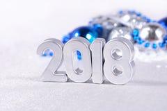 figuras de plata de 2018 años y decorati plateado y azul de la Navidad Fotografía de archivo libre de regalías