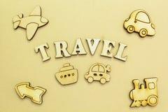 Figuras de un aeroplano, un coche, una nave, un tren, viaje de una inscripción ' foto de archivo libre de regalías
