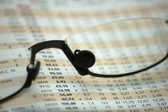 Figuras de un informe financiero a través de los vidrios de lectura Fotografía de archivo libre de regalías