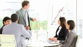 Figuras de ventas de la información del hombre de negocios a sus personas metrajes