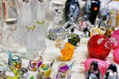 Figuras de vidro pequenas no mercado do Natal de Riga Fotografia de Stock