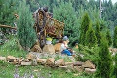 Figuras decorativas del estilo popular en el jardín Cárpatos, Ucrania Fotografía de archivo