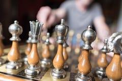 Figuras del ajedrez con el jugador Imágenes de archivo libres de regalías