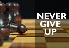 Figuras del ajedrez con el texto de motivación foto de archivo