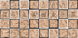 Figuras del ajedrez en el papel de empaquetado Fotos de archivo