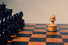 Figuras del ajedrez en el tablero de ajedrez Imagenes de archivo