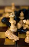 Figuras del ajedrez en un tablero de ajedrez Imagen de archivo