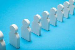 Figuras del soporte de la gente en la cola larga, muchedumbre, grupo Línea de la espera imágenes de archivo libres de regalías