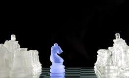 Figuras do jogo de xadrez no fundo preto Imagem de Stock Royalty Free