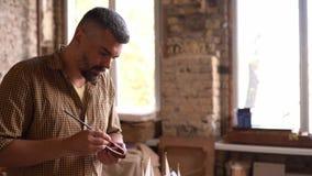 Figuras do navio da pintura do artesão na oficina video estoque