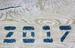 Figuras 2017 dos grânulos de vidro no fundo de madeira branco, Foto de Stock Royalty Free
