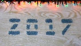 Figuras 2017 dos grânulos de vidro no fundo de madeira branco, Fotografia de Stock Royalty Free