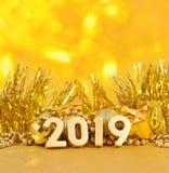 figuras douradas de 2019 anos e decorações douradas do Natal Imagem de Stock Royalty Free