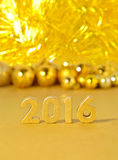 figuras douradas de 2016 anos e decorações douradas do Natal Foto de Stock Royalty Free