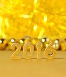 figuras douradas de 2016 anos e decorações douradas do Natal Imagem de Stock Royalty Free