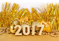 figuras douradas de 2017 anos e decorações douradas do Natal Fotografia de Stock