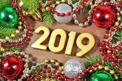 figuras douradas de 2019 anos e ramo e decorat spruce do Natal Fotografia de Stock