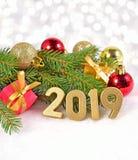 figuras douradas de 2019 anos e ramo e decorat spruce do Natal Imagens de Stock Royalty Free