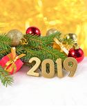 figuras douradas de 2019 anos e ramo e decorat spruce do Natal Fotos de Stock Royalty Free