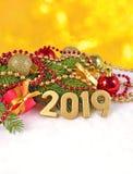figuras douradas de 2019 anos e ramo e decorat spruce do Natal Foto de Stock