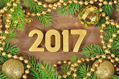 figuras douradas de 2017 anos e ramo e decoração spruce do Natal Imagens de Stock