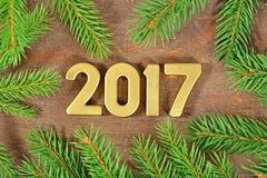 figuras douradas de 2017 anos e um ramo spruce Foto de Stock Royalty Free