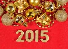 figuras douradas de 2015 anos em um vermelho Fotos de Stock