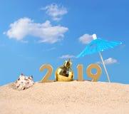 figuras douradas de 2019 anos em uma areia da praia Imagem de Stock Royalty Free