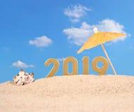 figuras douradas de 2019 anos em uma areia da praia Imagem de Stock