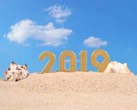 figuras douradas de 2019 anos em uma areia da praia Foto de Stock