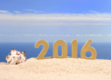 figuras douradas de 2016 anos em uma areia da praia Imagem de Stock