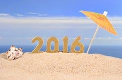 figuras douradas de 2016 anos em uma areia da praia Foto de Stock Royalty Free