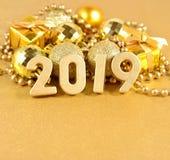 figuras douradas de 2019 anos nas decorações do Natal do fundo Imagem de Stock