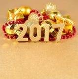 figuras douradas de 2017 anos no fundo do decorati do Natal Fotografia de Stock Royalty Free