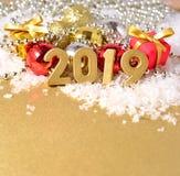 figuras douradas de 2019 anos no fundo do decorati do Natal Imagem de Stock Royalty Free