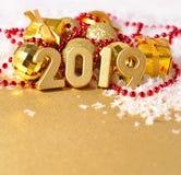 figuras douradas de 2019 anos no fundo do decorati do Natal Foto de Stock