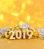 figuras douradas de 2019 anos no fundo do decorati do Natal Imagens de Stock