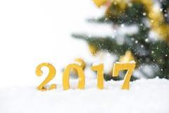 2017 figuras douradas na queda de neve Fotografia de Stock