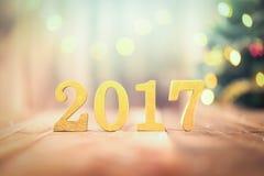 2017 figuras douradas na tabela de madeira Fotos de Stock Royalty Free